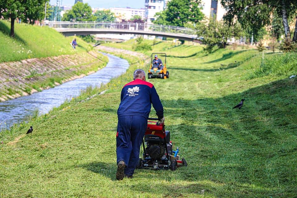 Ekipe preduzeća Lokom rade na čišćenju i uređenju korita i zelenog pojasa uz rijeku Dobrinju