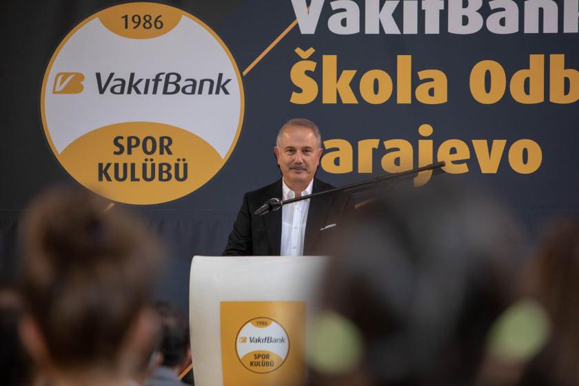 """Članovi uprave VakıfBank posjetili su sarajevsku školu odbojke u sportskoj dvorani """"Dobrinja"""""""